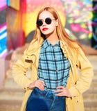Arbeiten Sie Porträt schöne blonde junge Frau in der Sonne um Lizenzfreie Stockfotografie