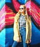 Arbeiten Sie Porträt schöne blonde junge Frau in der Stadt um Lizenzfreies Stockfoto