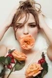 Arbeiten Sie Porträt schöner blonder Dame mit hellem Make-up Tak um Lizenzfreies Stockfoto