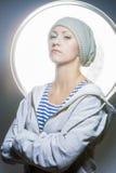 Arbeiten Sie Porträt von junge kaukasische Frau in Wa stolz schauen um lizenzfreies stockbild