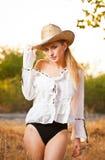 Arbeiten Sie Porträtfrau mit Hut und weißem Hemd am Herbsttag um Lizenzfreie Stockbilder
