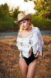 Arbeiten Sie Porträtfrau mit Hut und weißem Hemd am Herbsttag um Stockbild