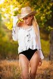 Arbeiten Sie Porträtfrau mit Hut und weißem Hemd am Herbsttag um Lizenzfreies Stockfoto