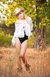 Arbeiten Sie Porträtfrau mit Hut und weißem Hemd am Herbsttag um Lizenzfreie Stockfotos