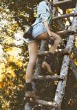 Arbeiten Sie Porträtmodell im Herbstwaldlandhausstil Acces um Lizenzfreie Stockfotos