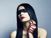 Arbeiten Sie Portrait der Augenbinde der jungen Frau um Stockbilder