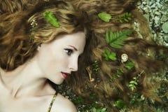 Arbeiten Sie Portrait der jungen sinnlichen Frau im Garten um Lizenzfreie Stockfotos