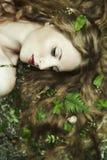 Arbeiten Sie Portrait der jungen sinnlichen Frau im Garten um Stockfoto