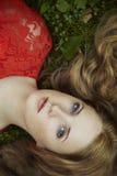 Arbeiten Sie Portrait der jungen sinnlichen Frau im Garten um Lizenzfreies Stockbild