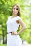 Arbeiten Sie Portrait der jungen sinnlichen Frau im Garten um Lizenzfreies Stockfoto