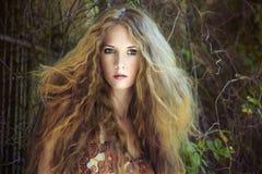 Arbeiten Sie Portrait der jungen sinnlichen Frau um Stockbild