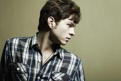 Arbeiten Sie Portrait des jungen schönen Mannes um Lizenzfreies Stockbild