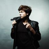 Arbeiten Sie Portrait des jungen schönen Mannes um Lizenzfreie Stockfotografie