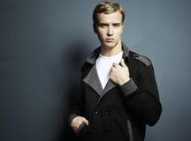 Arbeiten Sie Portrait des jungen schönen Mannes um Stockfotos