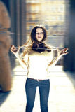 Arbeiten Sie Portrait des Mädchens mit Perlen auf der Straße um Lizenzfreies Stockbild