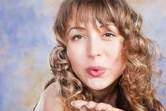 Arbeiten Sie Portrait des schönen blonden Mädchens um lizenzfreie stockfotografie