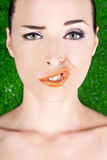 Arbeiten Sie Portrait einer Frau um, die ein merkwürdiges Gesicht zieht Stockfoto