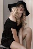 Arbeiten Sie Portrait einer jungen Dame um, die im Schwarzen gekleidet wird Stockfotografie