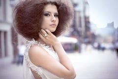 Arbeiten Sie Portrait einer jungen Frau auf einer Straße um stockbilder