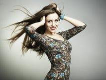 Arbeiten Sie Portrait eines glücklichen Lächelns der jungen Frau um Lizenzfreies Stockbild