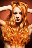 Arbeiten Sie Portrait junge Frau mit dem roten Haar um stockfoto