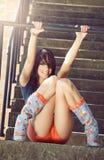 Arbeiten Sie Porträt der glücklichen sexy jungen Frau im Freienum Lizenzfreie Stockbilder
