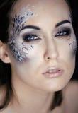 Arbeiten Sie Porträt der recht jungen Frau mit kreativem bilden wie eine Schlange um Stockfotos
