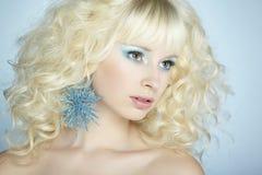 Arbeiten Sie Porträt einer jungen schönen blonden Frau um. Winterart Lizenzfreies Stockbild