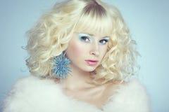 Arbeiten Sie Porträt einer jungen schönen blonden Frau um. Winterart Lizenzfreie Stockfotografie