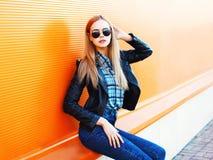 Arbeiten Sie recht blonde dünne Frau in der Stadt auf buntem orange Hintergrund um Stockfotografie