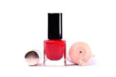 Arbeiten Sie rote Nagellackflasche, -maskara und -grundlage um Make-upausrüstungswerkzeuge Lizenzfreie Stockfotos