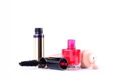 Arbeiten Sie rote Nagellackflasche, -maskara und -grundlage um Make-upausrüstungswerkzeuge Lizenzfreie Stockfotografie