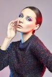 Arbeiten Sie Rothaarigekunstporträt einer Frau in der glänzenden Bluse mit einem hellen kontrastierenden Make-up um Kreatives Sch Lizenzfreie Stockfotografie