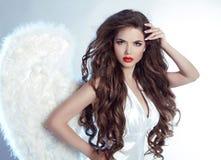Arbeiten Sie schönes Angel Girl-Modell mit dem gewellten langen Haar um Stockbild