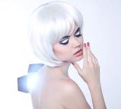 Arbeiten Sie Schönheits-Porträt der Frau mit dem weißen kurzen Haar um. Make-up a Lizenzfreies Stockbild