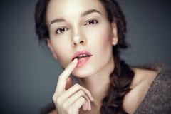 Arbeiten Sie Schönheitsporträt von Brunette, Flirtausdruck um lizenzfreie stockfotografie