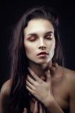 Arbeiten Sie Schönheitsporträt von Brunette mit Chaosfrisur um stockfotografie
