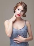 Arbeiten Sie Schönheitsportrait die blonde junge Frau um und aufwerfen Lizenzfreies Stockbild