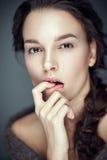 Arbeiten Sie Schönheitsporträt von Brunette, Flirtausdruck um Stockfotografie