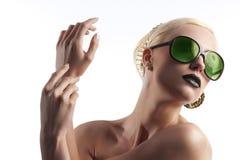 Arbeiten Sie Schuß des blonden Mädchens mit grünen Sonnenbrillen um Stockbild