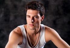 Arbeiten Sie Schuß eines jungen modischen europäischen Mannes des Mannes A um Stockfotos