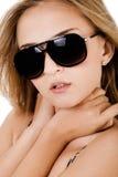 Arbeiten Sie Schuß von schöne Frauen mit Sonnenbrillen um Lizenzfreie Stockfotografie