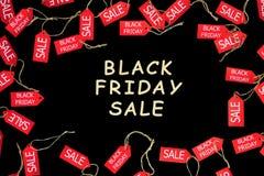 Arbeiten Sie schwarzen Freitag-Feiertag um Rote Einkaufsverkaufsrabattaufkleber stockfotografie