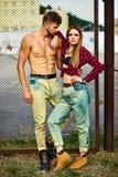 Arbeiten Sie sexy Paare in der Straße im zufälligen Hippie-Stoff um Stockfoto