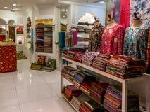 Arbeiten Sie Shop Yasmine in Souq-Al Bahar in im Stadtzentrum gelegenem Dubai um Stockfotos