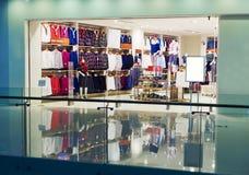 Arbeiten Sie Speicher, Bekleidungsgeschäft, Kleidungsshop um Stockfoto
