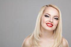 Arbeiten Sie stilvolles Schönheitsporträt des lächelnden schönen blonden Mädchens um Lizenzfreie Stockbilder