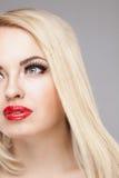 Arbeiten Sie stilvolles Schönheitsporträt des lächelnden schönen blonden Mädchens um Stockbilder
