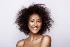Arbeiten Sie Studioporträt der schönen Afroamerikanerfrau mit perfekter glatter glühender Mulattehaut um, bilden Sie stockfotografie