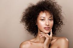 Arbeiten Sie Studioporträt der schönen Afroamerikanerfrau mit perfekter glatter glühender Mulattehaut um, bilden Sie stockfoto